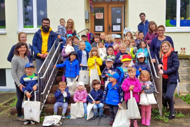 Hatten Grund zum Feiern: die Kinder und Mitarbeiter der Kita Spatzennest in Trutzhain. Foto: nh