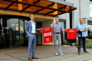 """Lukas Tauschwitz, FingerHaus Marketing-Leitung, Axel Geerken, MT-Vorstand, und Thomas Ochse, FingerHaus Sponsoring, besiegeln die Fortsetzung der Partnerschaft """"Weiß auf Rot"""". Foto: FingerHaus"""