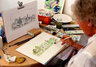 Malschule und Kurs mit Zeichnen und Malen. Nach einer Federzeichnung hat sich diese Kursteilnehmerin daran gemacht ein Aquarell von demselben Motiv umzusetzen. Foto Anna Grimmel