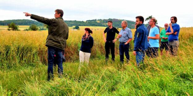 In der Mardorfer Gemarkung inspizierten die teilnehmenden SPD-Mitglieder den künftigen Standort des geplanten Agrar-Areals. Foto: nh