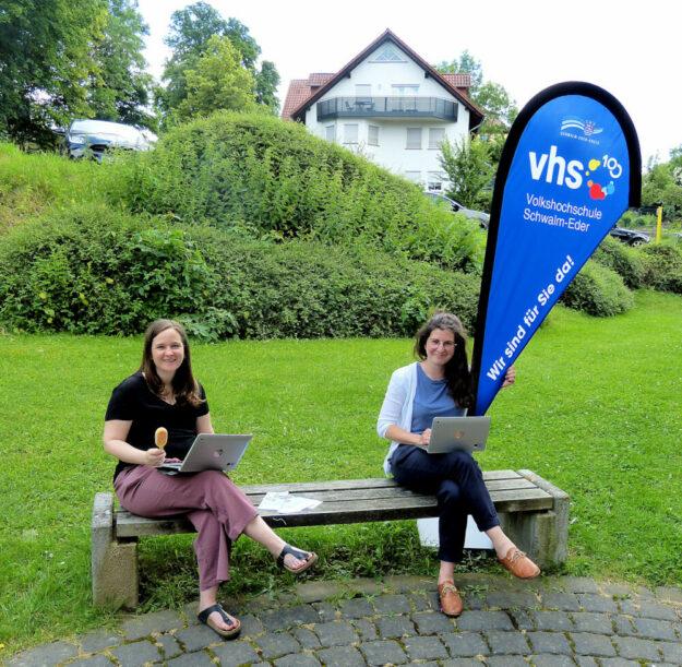Anika Wolf von der Volkshochschule (re.) und Julia Grunewald (li.) von der Jugendförderung stellen das neue Online-Ferienprogramm vor. Foto: Volkshochschule Schwalm-Eder