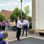 """Jetzt möglichst dicht ans """"Schweinchen"""" treffen. Mark Weinmeister beim Einweihungswurf für die neue Boulebahn in der Ortsmitte. Foto: Hessische Staatskanzlei"""