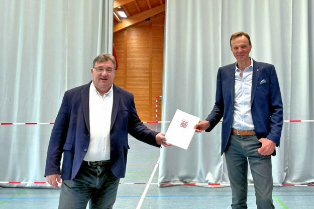 Europastaatssekretär Mark Weinmeister übergibt Bürgermeister Heinrich Vesper (re.) in der Antreffhalle den Förderbescheid. Foto: Hessische Staatskanzlei