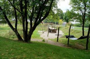 Die Spielgeräte an der Niendensteiner Teichanlage (das umzäunte Areal) tragen zum Freizeitwert des innerstädtischen Freizeitgeländes bei. Foto: Jörg Warlich