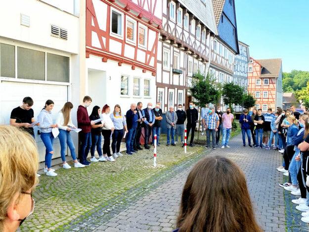 Die an dem Projekt beteiligten Schüler der Steinwaldschule versammelten sich mit Lehrkräften, Stadträten, Stadtverordneten sowie Bürgermeister Marian Knauff und Erstem Stadtrat Jürgen Lepper zur Verlegeung der Stolpersteine im Gedenken an Familie Sonn. Foto: nh