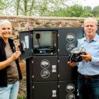 Renate Hofmann, stellvertretende Abteilungsleiterin der Tierparkverwaltung, und Uwe Pietsch, Leiter des Eigenbetriebs Jugend und Freizeiteinrichtungen, zeigen den Inhalt der Ladestation. Foto: nh
