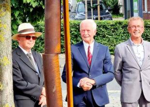 Blick auf die gebrochene Stele (v.li.): Volker Hayessen, Hans Hayo Hayessen und Dr. Dieter Vaupel. Foto: Rangar Heil