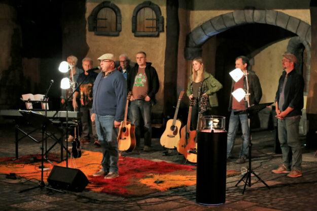 Ein Abend mit Wohnzimmer-Atmosphäre und Flokati-Flair auf der Gudensberger Open Stage. Foto: Rainer Sander