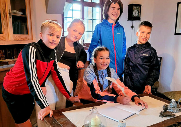 Veronika Bauer (Mitte) ist die 32.000. Besucherin in der Türmerwohnung der Stadtkirche St. Marien. Fotos: Uwe Dittmer