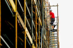 Hoch hinaus: Eine Ausbildung auf dem Bau ist gut bezahlt und bietet viele Karrieremöglichkeiten, so die IG BAU. Allerdings müsse die Branche für Fachleute noch attraktiver werden – gerade in puncto Vereinbarkeit von Familie und Beruf. Foto: Ferdinand Paul | IG BAU
