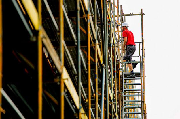 Hoch hinaus: Eine Ausbildung auf dem Bau ist gut bezahlt und bietet viele Karrieremöglichkeiten, so die IG BAU. Allerdings müsse die Branche für Fachleute noch attraktiver werden – gerade in puncto Vereinbarkeit von Familie und Beruf. Foto: Ferdinand Paul   IG BAU