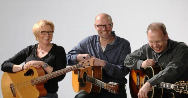 Chris & me und Stefan Jehn zelebrieren den klassischen Unplugged-Stil: Zwei Gitarren, akustischer Bass, Bluesharp und vor allem drei bestens zueinander passende Stimmen. Foto: nh