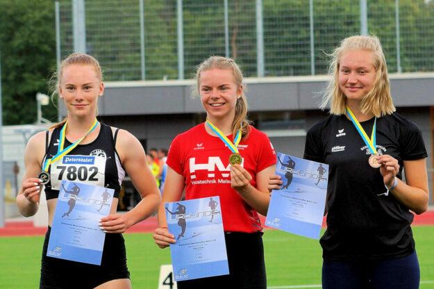 Siegerehrung über 100 m der WU18 - Drei hessische Sprinterinnen auf dem Siegerpodest. Foto: nh