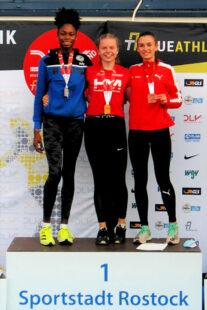 Bei der Siegerehrung für das 200m-Finale wurde Vivian Groppe als Deutsche Meisterin mit der Goldmedaille ausgezeichnet. Foto: nh