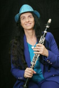 Die »Queen of Klezmer« Irith Gabriely spielt an der Totenkirche. Foto: nh