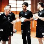 Konzentriert verfolgen die MT-Neuzugänge André Gomes und Elvar Örn Jonsson die Instruktionen von Chefcoach Gudmundur Gudmundsson. Foto: Alibek Käsler