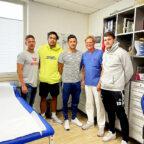 Physiotherapeut René Kagel begleitete André Gomes, Alexander Petersson (v.li.) und Elvar Örn Jonsson (re.) in die Orthopädisch-chirurgische Praxisklinik von Dr. Rauch (2.v.re.) in Kassel. Foto: nh