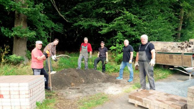 Gemeinsam bereiten Kevin Nette, Gerrit Boßhammer, Heinz Wickert und Uli Wickert (v.li.) die Pflasterarbeiten am Landsburgplatz vor. Foto: nh
