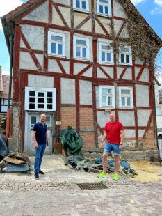 Bauherr Matthias Paar zeigt Dr. Eberhardt Kettlitz (Stadt Gudensberg) den Baufortschritt. Foto: nh