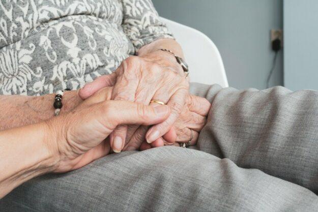 LindA bereitet Menschen auf das Berufsfeld Pflege vor. Foto: Sabine van Erp | Pixabay