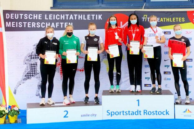Nach der hart erkämpften Auszeichnung mit der Goldmedaille durfte sich Vivian Groppe auch zur Siegerehrung über 100 m  aufs Podest stellen. Bronze am 01.08. in Rostock. Foto: nh